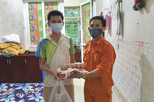 Các suất thực phẩm của đã được trao đến tận tay của mỗi công nhân kcn Thạch Thất