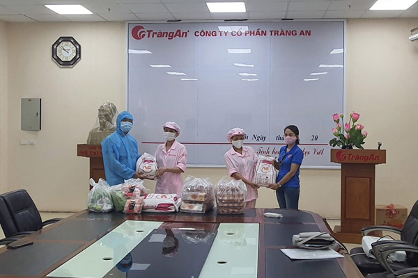 Đội thiện nguyện JVNET và đại diện của công ty Tràng An